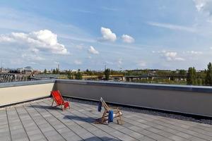 Die Dachterrasse dient als Gemeinschaftsfläche. Hier gibt es auch Abstellflächen, die den fehlenden Kellerraum ersetzen