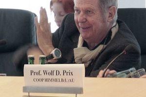 """Wolf Prix in Frankfurt a. M., erläutert das Fassadensystem """"seiner"""" EZB"""