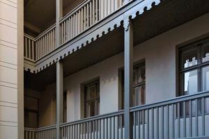 Das Vorderhaus stammt aus der Mitte des 18. Jahrhunderts, was auch der hölzerne Laubengang an der Hofseite bestätigt, der als Erschließungsvariante typisch ist für die damalige Zeit und daher unbedingt zu erhalten war