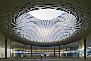 Der erdgeschossige Teil des Hallenneubaus ist mit großflächigen Verglasungen versehen. Hier öffnet sich die Halle dem urbanen Leben