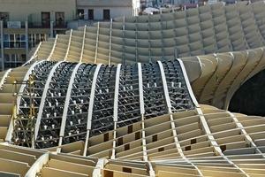 Mehr als 3000 frei geformte Holzelemente bilden auf 150m Länge, 75m Breite und bis zu 28m Höhe die Konstruktion<br />