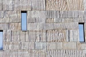 """<div class=""""13.6 Bildunterschrift"""">Drei verschiedene Höhen und zwei verschiedene Breiten der Grauwacke-Platten wurden für die Mischkonstruktion von tragender Vorhangfassade und Mauerwerk in Maßarbeit hergestellt</div>"""