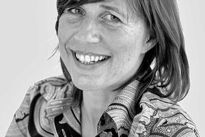 """<div class=""""fliesstext_vita""""><strong>Angela Fritsch</strong></div><div class=""""fliesstext_vita"""">1963 geboren</div><div class=""""fliesstext_vita""""></div><div class=""""fliesstext_vita"""">Ausbildung<br />1985-1993Architekturstudium an der Tech-nischen Universität Darmstadt mit Abschluss Diplom</div><div class=""""fliesstext_vita"""">1987-1992Stipendium in der Studienstiftung des deutschen Volkes<br />1982-1985Studium der Bildhauerei an der Kunstakademie Nürnberg<br />Berufserfahrung</div><div class=""""fliesstext_vita"""">1993Mitarbeit im Architekturbüro Freischlad + Holz, Darmstadt<br />1993-1994Mitarbeit im Architekturbüro Heinrich Fritsch, Mühltal<br />1995-2003Architekturbüro Fritsch + Ruby mit Partner Rüdiger Ruby, Darmstadt</div><div class=""""fliesstext_vita"""">1997-2000Lehrauftrag im Fachgebiet Bau-konstruktion, TU Darmstadt</div><div class=""""fliesstext_vita"""">1998-heute Mitgliedschaft im BDA</div><div class=""""fliesstext_vita"""">2003-heute Angela Fritsch Architekten BDA</div>"""
