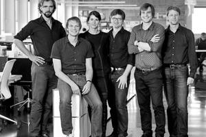 """<div class=""""fliesstext_vita""""><strong>kadawittfeldarchitektur</strong><br />www.kadawittfeldarchitektur.de</div> <div class=""""fliesstext_vita"""">v.l.n.r.: Dirk Zweering, Gerhard Wittfeld, Jasna Moritz, Dirk Lange, Kilian Kada, Stefan Haas</div> <div class=""""fliesstext_vita"""">Von Klaus Kada und Gerhard Wittfeld 1999 in Aachen gegründet, realisiert das Büro mit derzeit 70 Mitarbeitern zahlreiche Projekte im In- und Ausland</div>"""