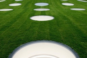 Die mittig gewölbe, Lichtluken durchlöcherte Grasfläche des Städelgartens<br />