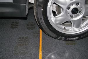 """Bild5: """"Reifenspuren"""" bei einem ausgestellten Fahrzeug"""