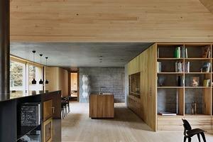 Einige Innenwände sind aus Beton, als gestalterischen Kontrast zu dem Holz und als Speichermasse. Sie fungieren als Teil des Energiekonzeptes