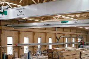 Blick in die Fertigungshalle mit Kranbahn aus Holz