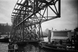 Binnenhafenbrücke Bau der Binnenhafenbrücke zwischen Rödingsmarkt und Baumwall, Überbau wird mit einer Schute in das Bauwerk eingefahren,