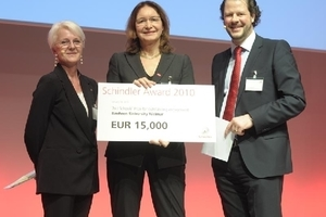 Prof. Hilde Barz-Malfatti (Mitte) nimmt den 2. Universitätspreis entgegen