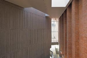 Voll überraschender Dramaturgien gestalteten die Architekten das verwinkelte Foyer im MAC als eine urbane Fortsetzung der Gassen, Plätze und Höfe des Belfaster Stadtquartiers<br />