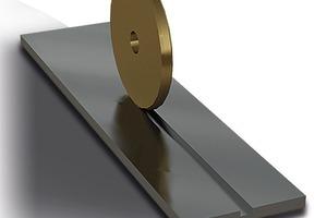 Beim Davex-Verfahren werden die Materialen über ein linienförmiges Fügeverfahren kraft- und formschlüssig miteinander verbunden: Schritt 1 - Nuten