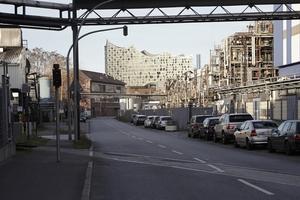 Der Neubau strahlt bis Gegenüber und kann sich locker in großindustrieller Kulisse behaupten