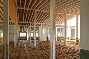 Speziell entwickelte und optimierte Rippendecken aus Brettschichtholz in Holz-Beton-Verbundbauweise sorgen für eine optimale Akustik in den Lehrräumen. Zusätzlich schaffen die Decken aufgrund der recht großen Speichermasse eine verbesserte Wärmekapazität. Über der Decke liegt ein 10cm dicker Estrich. Auch er dient als Speichermasse und wird über eine Fußbodenheizung zum Heizen und Kühlen aktiviert