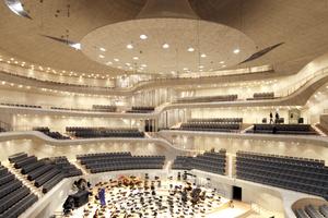 """""""Großer Saal"""": geradeaus oben die Orgel und mehr als 2100 Sitzplätze unterm Schallreflektor"""