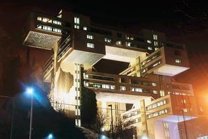 Insgesamt 300 m² Lichtbeton fanden Einzug in verschiedene Abteilungen des neuen, repräsentativen Headquaters der Bank of Georgia. Denn der transluzente Beton, bei dem tausende hauchfeiner optischer Fasern das Licht durch die Wandscheiben leiten, kombiniert die Stabilität von Beton mit der Leichtigkeit des Lichts<br />