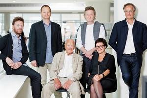 Henning Larsen Architects wurde 1959 von Henning Larsen gegründet. Heute wird das Büro von ihm und seinen Partnern, Jacob Kurek, Louis Becker, Henning Larsen (sitzend), Lars Steffensen, Mette Kynne Frandsen (sitzend) and Peer Teglgaard Jeppesen geführt. (von links nach rechts)<br />