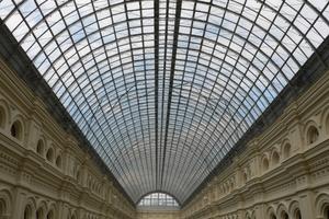 Tonnenförmige Passagendächer des Kaufhaus GUM in Moskau, erbaut von Vladimir Schuchov 1889-1893.