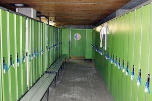 Die Umkleidekabinen vor der Sanierung sind eng und gedrückt