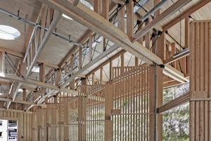 Um eine hohe Flexibilität und eine gute Übersicht für Kunden zu erreichen, galt es auf aussteifende Elemente wie Wandscheiben und Windverbände im Halleninneren zu verzichten, auch die Sicht nach außen wurde soweit wie möglich erhalten