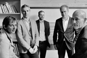 """<div class=""""fliesstext_vita""""><strong>Herzog &amp; de Meuron</strong></div><div class=""""fliesstext_vita""""></div><div class=""""fliesstext_vita"""">Jacques Herzog und Pierre de Meuron gründeten 1978 in Basel das Architekturbüro Herzog &amp; de Meuron, das seit Jahrzehnten international zu den führenden Büros gehört. Die Firma wird heute von einem Team aus fünf Senior Partnern geleitet, zu dem auch Christine Binswanger, Ascan Mergenthaler und Stefan Marbach gehören, und beschäftigt weltweit 400 Mitarbeitende. Zu ihren bekanntesten Bauten gehören die Tate Modern in London/GB, das Olympiastadion in Peking/CN und die noch im Bau befindliche Elbphilharmonie in Hamburg. Jacques Herzog und Pierre de Meuron wurden 2001 mit dem Pritzker Architecture Prize und 2007 mit dem Praemium Imperiale geehrt.</div>"""