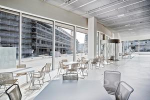 Im Erdgeschoss funktioniert die Verschattung der raumhohen Fensterfronten zur Vorbeugung von Vandalismus mit weniger heiklen Stoffstoren
