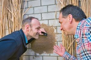 Nehmen den neuartigen Dämmputz aus Miscanthus-Partikeln in Augenschein: Prof. Dr. Ralf Pude (links) von der Universität Bonn und Michael Petry von der Firma Petry Oberflächentechnik