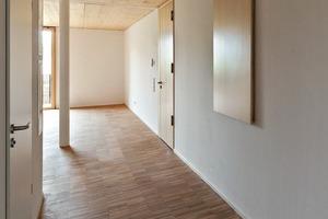 In den Wohnungen schmückt geöltes Eichenholzparkett die Böden, Türen und Fenster sind aus farblos lasierter Fichte