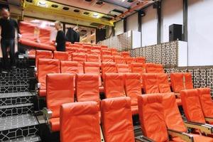 Der Kinosaal im OG ist mit Flugzeugstühlen und -innenwandpaneelen ausgestattet<br />
