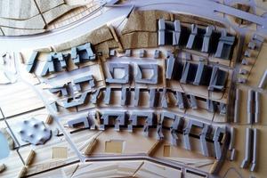 Zentrales Entwurfselement – die FaltungPeter Eisenman entwickelte ein räumlich funktionales Modell – ein Netz, das alle Elemente in allen Dimensionen einem Ordnungsprinzip unterwirft
