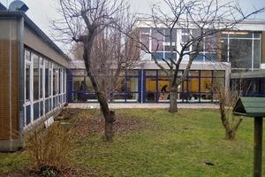 Vorher: Der Blick auf die Verwaltung links und das Hauptgebäude