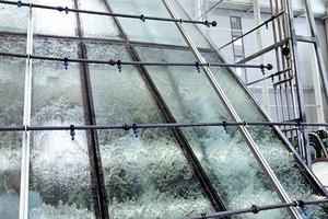 Dichtheitsprüfungen von einzelnen Bauelementen bis hin zu kompletten Fassadenelementen umfassen Prüfungen zu Schlagregendichtigkeit, Luftdurchlässigkeit und Windlast