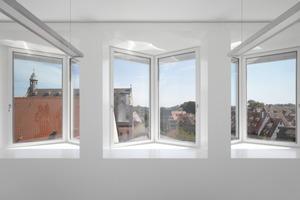 Im zweiachsigen Büro mit einem Achsraster von 2,70m ist der Erker eine räumliche Erweiterung. Durch die 90°-Stellung der Fenster zueinander wird der Blick in die Straße gelenkt