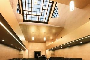 Den bis zu 27m hohen Gebetsraum schmückt ein Relief aus rund 1Mio. dichtgedrängten hebräischen Buchstaben. Die Wände changieren je nach Lichteinfall in gold-, bronze-und champagner<br />