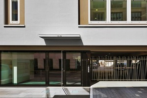 Die durchgängigen Glasscheiben im Erdgeschoss geben dem aufgeständerten Gebäude eine transparente, klare Fuge