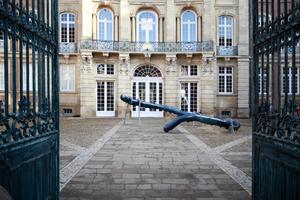 """Die Bronzearbeit """"Beliebte Stellen"""" von Nairy Baghramian besetzt tatsächlich eine solche: den barocken Erbdrostenhof vom Münteraner Hofarchitekten Johnann Conrad Schlaun"""