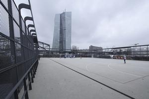 Fußballfelder und andere Ausgleichsflächen für die Sicherheitsbedürfniszone der vertikalen Finanzstadt EZB