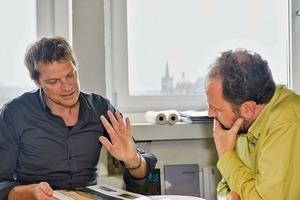 """<div class=""""13.6 Bildunterschrift"""">Claus Käpplinger im Gespräch mit Herrn Wittfeld im Architekturbüro in Aachen</div>"""