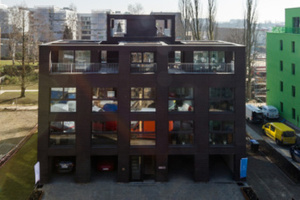 """Das """"Schwörer Haus"""" ist ein """"urbanes Fertighaus"""" - auf dem Hamburger Holzfachforum präsentiert Hartmut Guhl von Schwörer das Gebäude"""