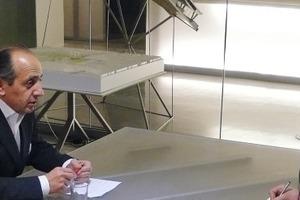 SDA im Gespräch mit Hadi Teherani im Konferenzraum vom Architekturbüro BRT – Bothe Richter Teherani, Hamburg, am 03.12.2010<br />