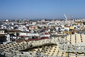 In 28m Höhe über den Traufhöhen der anderen Häuser befindet sich das begehbare Schattendach, angelegt für alle Sevilla-Besucher, die hier über weit schwingend angelegte Walkways gehen können<br />