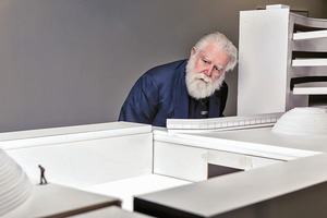 """James Turrell am Modell für seine Erweiterung des """"ARoS Aarhus Art Museum"""" im dänischen Aarhus"""