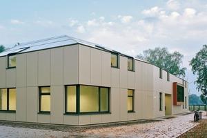 Eine einheitliche Gebäudehülle aus hinterlüfteten Faserzementtafeln verleiht dem Volumen dieser Kindertagesstätte in Bremen-Osterholz einen skulpturalen Charakter (Entwurf: Westphal Architekten BDA)