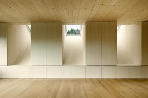 Dachflächenfenster sind optimal in Bezug auf die Zenitlichtausbeute. Alle Wohnbereiche sind lichttechnisch optimiert – sie haben einen Tageslichtanteil von durchschnittlich 5%. Das übersteigt um ein Vielfaches den Normwert<br />