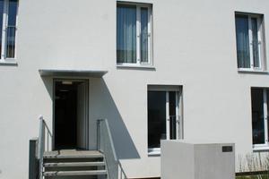 Die Fassade wurde mit einem vorgefertigten Fassadensystem in Holzbauweise gedämmt, die Haustechnik ist in die Gebäudehülle integriert
