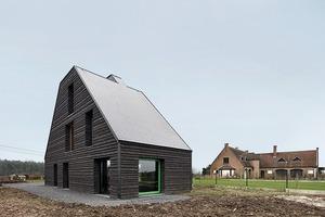 Das Haus liegt auf einer Geländekante, einen guten Meter höher als die Straße und von dieser leicht zurückversetzt