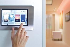 Moderne Lichtsteueranlagen bieten den Nutzern über Displays fertige Lichtszenen an, welche die gesamte Raumbeleuchtung einbeziehen