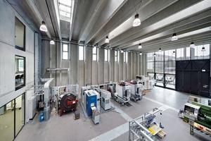 Die thermisch aktivierten Wandelemente in der Produktionshalle erfüllen vier wichtige Funktionen: Begrenzen + Tragen + Dämmen + energetisch Interagieren. Sie dienen<br />im Sommer zur Raumluftkühlung und im Winter zur Speicherung der Abwärme aus dem Produktionsbetrieb