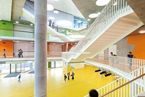 Das über alle Etagen reichende Atrium wird nicht nur als Erweiterung des Pausenhofes genutzt. Dort finden auch Schulveranstaltungen statt. Unterschiedliche Farben in den Geschossen vereinfachen die Orientierung<br />