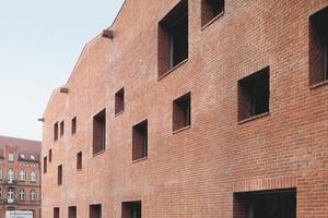 Der Neubau der Bibliothek wurde in massiv tragender Ziegelbauweise ausgeführt. Um den ökologischen Anforderungen gerecht zu werden, hat das Mauerwerk eine Dicke von 64 cm